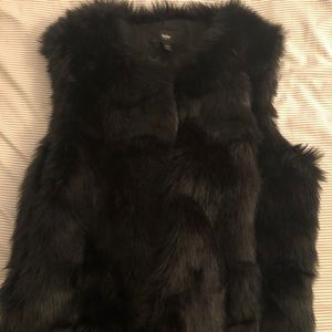 Black faux fur vest 🖤
